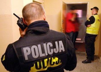 policjant-rozmawiajacy-przez-radiotelefon-edacs-mrk-s.jpg