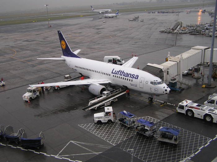 Samolot-Lufthansa-Okecie-mid.JPG