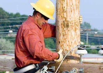 pracownik-na-slupie-energetycznym.jpg