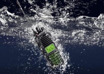 idas-icom-radiotelefon-IC-F4261DT-pod-woda.jpg