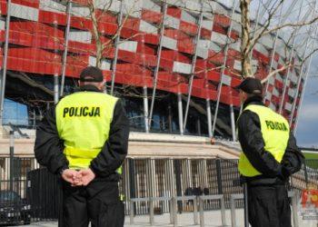 Policja-przed-stadionem-narodowym