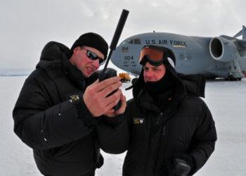 Żołnierze amerykańskich sił powietrznych z telefonem Iridium