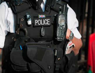 Brytyjski policjant z radiotelefonem TETRA