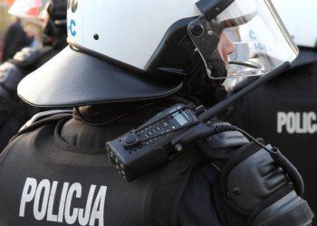 Policjant z radiotelefonem Motorola DP3601