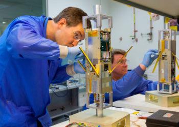 nanosatelita-wojskowy-produkcja