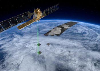 Satelita Sentinel-1 podczas wykonywania skanu laserowego powierzchni Ziemi