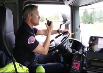 Kierowca norweskiego ambulansu z radiotelefonem Motorola