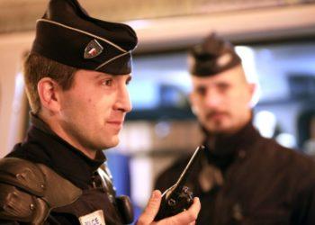 francuski-policjant-z-radiotelefonem-tetrapol
