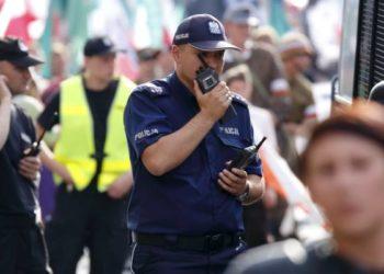 Policjant z radiotelefonem Warszawa