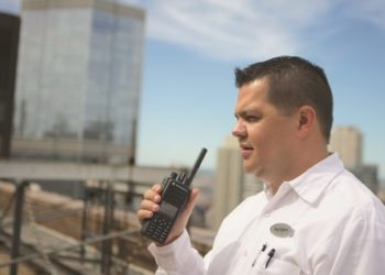 pracownik-hotelu-radiotelefon-motorola