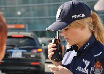 Policjantka z radiotelefonem Mototrbo na lotnisku Okęcie w Warszawie