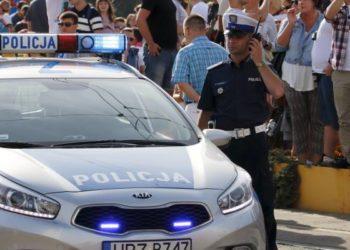 policjant-kieruje-ruchem-radiotelefon-tetra