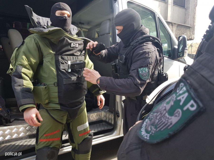 spsp-policjyjny-saper-rozbrajanie-ladunku-wybuchowego